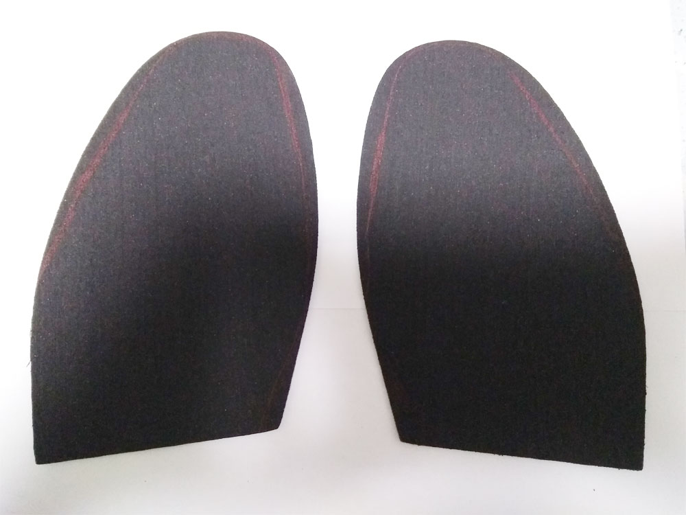 革靴に合わせて滑り止めシートに線を引き、不要な部分はカットします。