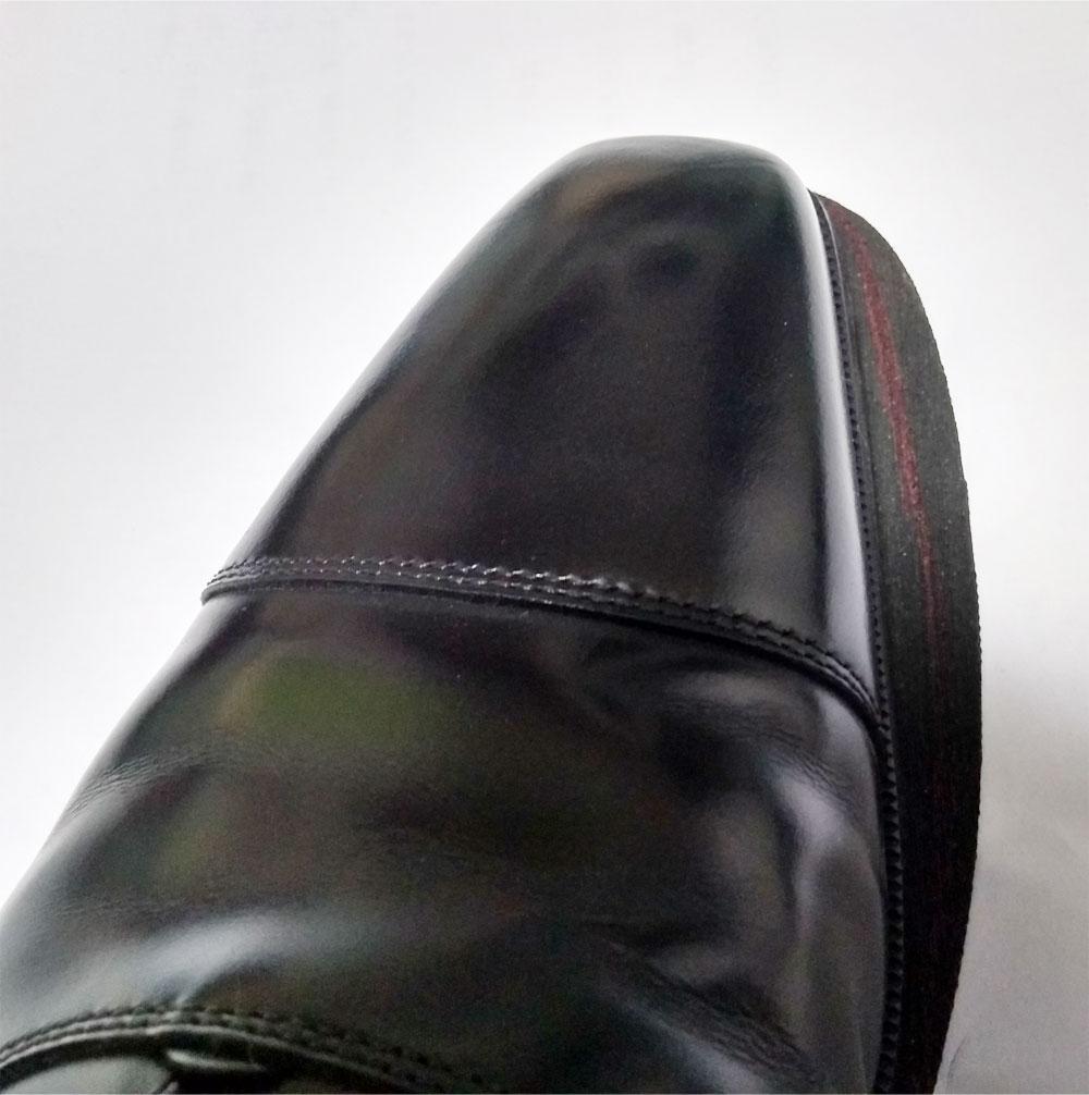 滑り止めシートと革靴を合わせて線を引き、不要な部分をカットしていきます。