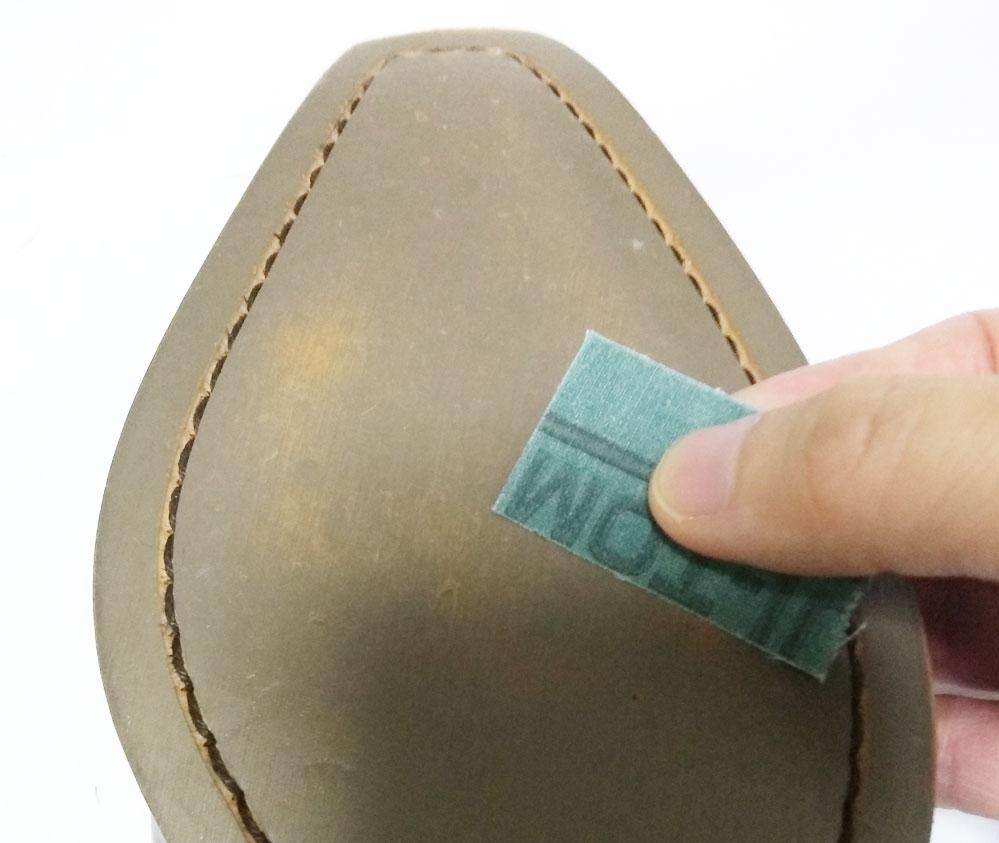 靴底に滑り止めシートがしっかり付くように、ヤスリで靴底を平にしていきます。