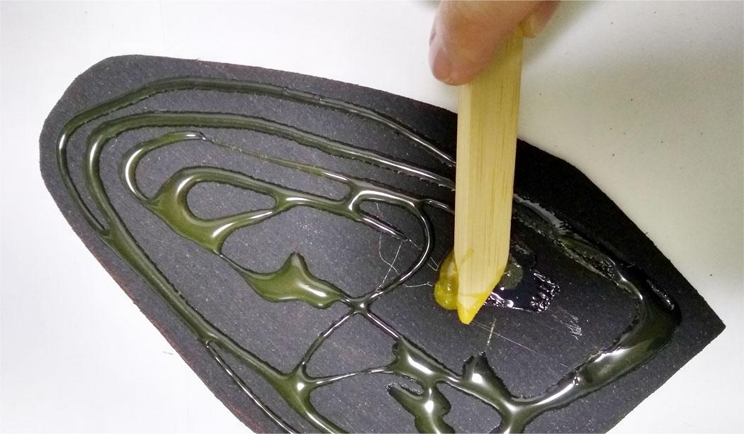 専用ボンドを靴底と滑り止めシートに塗る